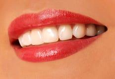 Kvinnaleende. vita tänder. Arkivbilder