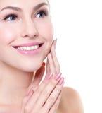 Kvinnaleendeframsidan med vård- tänder stänger sig upp royaltyfria foton