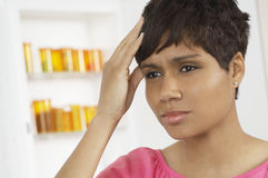 Kvinnalidande från sträng huvudvärk Arkivbild