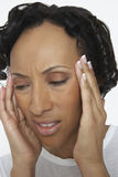 Kvinnalidande från sträng huvudvärk Royaltyfri Bild