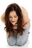 Kvinnalidande från strängt smärtar i hennes mage Arkivbilder