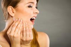 kvinnalidande från tanden smärtar Arkivbild