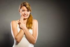kvinnalidande från tanden smärtar Royaltyfri Bild