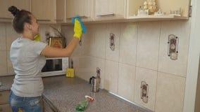 Kvinnalokalvård i köket stock video