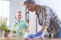 Kvinnalokalvård i köket royaltyfria bilder