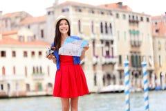 Kvinnaloppturist med kameran i Venedig, Italien royaltyfri bild