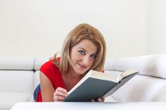 Kvinnaläsning en boka Arkivfoton
