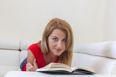 Kvinnaläsning en boka Royaltyfri Fotografi