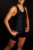 Kvinnalyftande vikter som isoleras på svart Arkivbilder