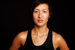 Kvinnalyftande vikter som isoleras på svart Royaltyfri Foto