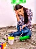 Kvinnamålarfärgvägg hemma Arkivfoto
