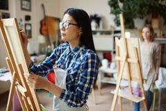 Kvinnamålning royaltyfri fotografi