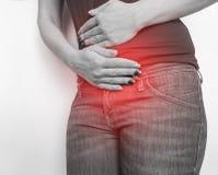 Kvinnamagen smärtar uttryck för tecken för problem för buksjukdomcirkulering arkivbild