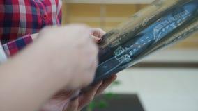 Kvinnaman i för blickröntgenstrålar för medicinsk klinik bild av ryggen arkivfilmer