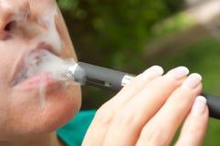 Kvinnaman med e-cigaretten Arkivfoton