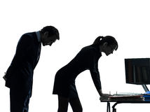 Affärskvinnamanen kopplar ihop sextrakasserisilhouetten Arkivbilder