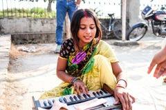 Kvinnamannen som spelar musiken Royaltyfri Fotografi