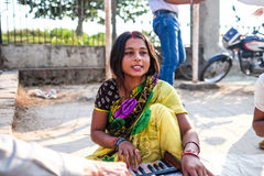 Kvinnamannen som spelar musiken Fotografering för Bildbyråer