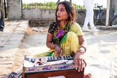 Kvinnamannen som spelar musiken Arkivfoton