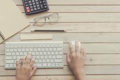 Kvinnamaskinskrivning på datortangentbordet Arkivbild