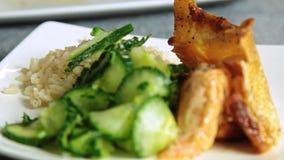 Kvinnamat som utformar och lagar mat laxfisken med ris och gurkan stock video
