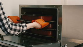 Kvinnamatlagningäppelpaj i köket lager videofilmer