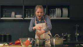Kvinnamatlagning i kök stock video