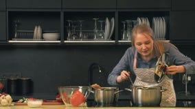 Kvinnamatlagning i kök arkivfilmer