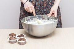 Kvinnamatlagningkräm för muffin Royaltyfri Fotografi