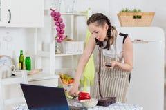 Kvinnamatlagningmat i köket. royaltyfri foto