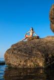 Kvinnameditationen poserar på den fantastiska solnedgången arkivbild