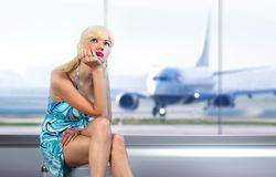 Kvinnamissar i flygplats royaltyfri foto