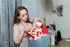 Kvinnamodeformgivare som sätter mallar av klänningar Royaltyfria Bilder