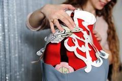 Kvinnamodeformgivare som sätter mallar av klänningar Royaltyfria Foton