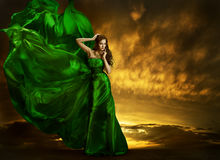 Kvinnamodeklänning som fladdrar vind, grönt siden- kappatyg Royaltyfri Fotografi
