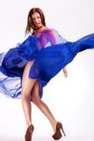 Kvinnamodell i fladdrande skrika för klänning Arkivbilder
