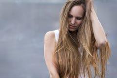 Kvinnamodell med utomhus- långt hår Arkivfoton
