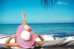 Kvinnamodell som solbadar på strandstolen Royaltyfri Fotografi