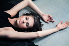 Kvinnamodemodell Black Angel Relaxing Arkivbilder