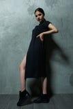 Kvinnamodemodell i studion i ett svart ansvar royaltyfri foto