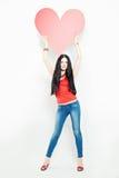 Kvinnamodemodell med stor röd hjärta Arkivfoton