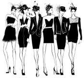Kvinnamodemodeller i svart klänning och fjäderhatt Royaltyfri Foto