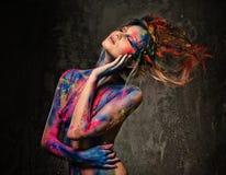 Kvinnamusa med kroppkonst Arkivfoton