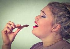 Kvinnan älskar chokladstänger royaltyfria bilder