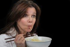 Kvinnan älskar pasta Royaltyfri Bild