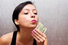 Kvinnan älskar pengarna arkivfoto