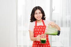 Kvinnan är den gående gröna sunda skakan i mer blander för frukost Royaltyfria Bilder