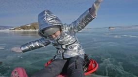 Kvinnan är den roterande kvinnan på is Fadern vänder hans dotter och hennes moder på en is Familjen har gyckel och sporttid in stock video