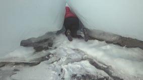 Kvinnan är en turist i isen av Lake Baikal arkivfilmer