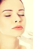 Kvinnan är förberedd att ha framsidaplastikkirurgi Arkivfoton